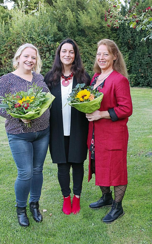 Martina Kühnel bedankt sich mit einem Blumengruß bei den Pflegedienstleitungen Sandra Iffarth und Iris Önver (re.).