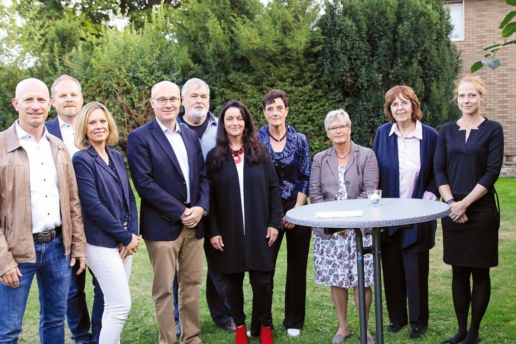 Martina Kühnel mit Geschäftspartnern (v. l.): Stephan Klam (Öffentliche Versicherung), Dr. Christian Hantelmann, Katja Hantelmann (Bahnhofapotheke), Birger Wesche (Steuerberatungsgesellschaft Born), Hans-Jürgen Dehnert (Rechtsanwalt), Sabine Frieß (Elektro-Jäger), Heidemarie Wypich und Ulrike Jürgens (Hospizverein Wolfenbüttel) und Wenke Lubosch (stellv. Pflegedirektorin, Städt. Klinikum Wolfenbüttel).
