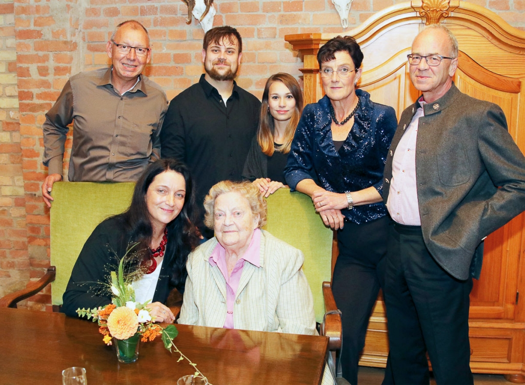 Die Feier war ein guter Anlass für ein Familienfoto – hinten v. l.: Jörg Pliskat, Marco Kühnel, Gina Jegodtka, Sabine und Rainer Frieß; Vorne v. l.: Martina Kühnel und Oma Liselotte Elsner.