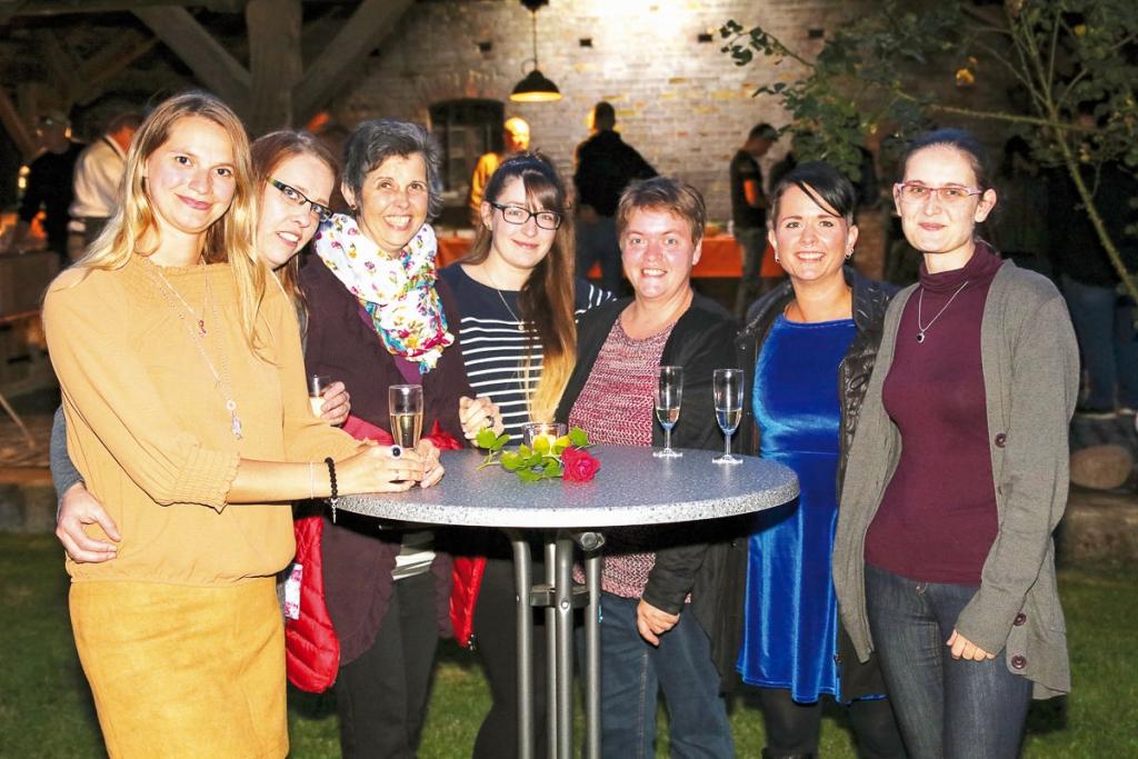 """Zahlreiche Mitarbeiterinnen waren natürlich der Einladung zur Feier gern gefolgt und feierten gemeinsam den 15. Geburtstag von """"socius curandi""""."""